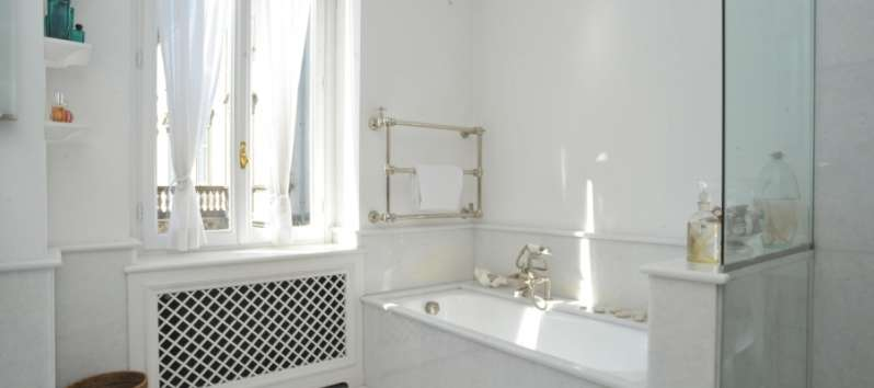 Villa Ilia white bathroom with tub